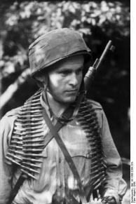 Holland, Soldat mit Gewehr und Patronengürtel