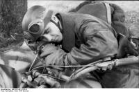 Soldat (Fallschirmjäger), schlafend aufKrad