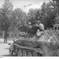 Frankreich, Schützenpanzer in einer Stadt