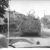 Holland, Schützenpanzer in Fahrt durch Ortschaft