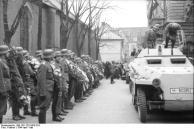 Russland-Nord, Waffen-SS mit Kränzen, Schützenpanzer