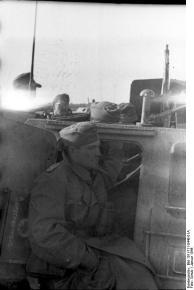 Russland-Süd, Soldat vor Schützenpanzer