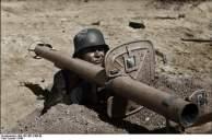 Bundesarchiv_Bild_101I-671-7483-29,_Reichsgebiet,_Soldat_mit_Panzerabwehrwaffe copy
