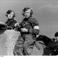 Panzersoldaten neben Panzerturm