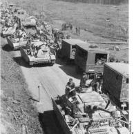 Russland, Panzer IV und Transport-Kolonne