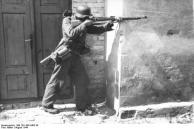 Warschauer Aufstand, Soldat mit Gewehr schießend