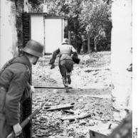 Arnheim / Osterbeek, Soldaten zwischen Häuserfronten