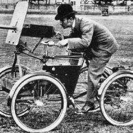 Chrysler TV8 - Quadriciclo Blindado – 1899 - Este quadriciclo, que pode ser considerado o primeiro veículo blindado do mundo, era equipado com uma metralhadora Maxim com munição para 1000 disparos, um escudo metálico para proteger o atirador e motor a combustão que lhe dava autonomia de aproximadamente 200 km.