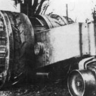 Treffas Wagen – 1917 - O Ministério de Guerra da Alemanha encomendou este tanque de 18 toneladas com rodas dianteiras de aproximadamente 3,3 metros de diâmetro. As rodas ficavam nas extremidades do habitáculo, onde quatro tripulantes dividiam as tarefas de pilotar, cuidar da munição, direcionar e disparar. Tinha um canhão de 20 mm e duas metralhadoras calibre 30. O único protótipo fabricado não passou da fase de testes