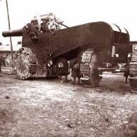Canhão Italiano Autopropelente - Este é um exemplo interessante de projeto evolutivo que acabou desvirtuado. Ao desenvolver armas e rodas maiores, esse tanque parece mais um canhão que um veículo. Era equipado com um canhão de 305 mm, disparando projéteis de 442 kg a 17,6 km de distância. Teria sido usado durante o bombardeio às fortificações austríacas nos Alpes, durante a Primeira Guerra.