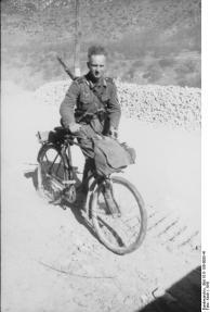Balkan, Soldat mit Fahrrad