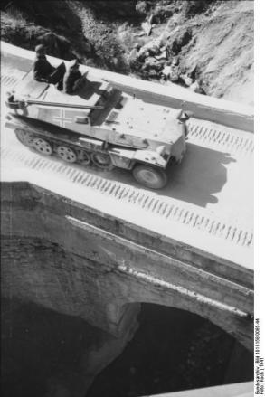 Balkan, Schützenpanzer, Fahrt über Brücke