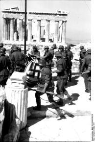 Athen, Hissen der Hakenkreuzflagge