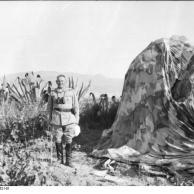 Kreta, Bernhard-Hermann Ramcke neben Fallschirm