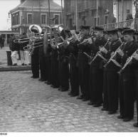 St. Nazaire, U-Boot einlaufend, Musikkapelle