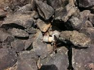 restos de peças do que sobrou de uma bateria