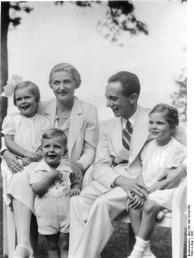 Magda und Joseph Goebbels mit ihren Kindern