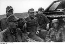Ostfront, Waffen-SS-Angehörige bei Rast