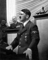 """Hitler começa falando: """"Danzig foi e é uma cidade alemã! O Corredor foi e é alemão!"""" Se referia o acesso ao mar pelo chamado corredor polonês."""
