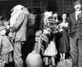 Famílias de origem alemã refugiadas da província de Volhynia na Polônia buscam proteção do Reich