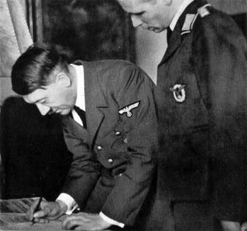O Fuhrer assina a declaração ao povo alemão.