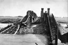 Os poloneses destroem a ponte Vistula próximo a Darshau.