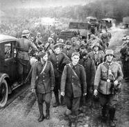 Prisioneiros poloneses são trazidos para Berlim