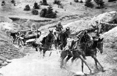 Infantaria leve atravessa rio na polônia