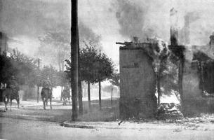 Cavalaria realiza patrulha em vila destruída