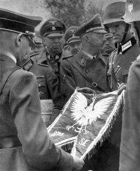 O Tenente entre a Hitler o estandarte do 8º Regimento de Rifle Polonês.